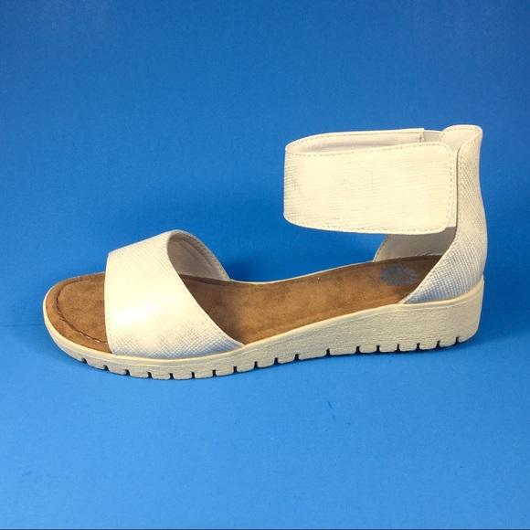 83a28572974 Off White Sandal. NWT. Yellow Box
